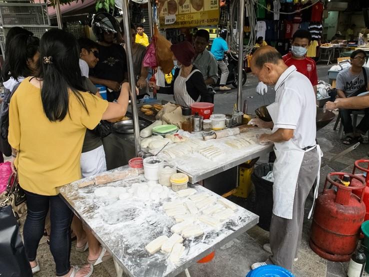 Kuala Lumpur: Street Food by Anna & Michal (CC BY 2.0) https://www.flickr.com/photos/michalo/10253937176/in/photolist-gC77hh-9gccaS-pWL4Ve-9kWshj-9y1w4Y-4coC5Y-2P9K1X-4coAXm-4cjFAn-38mtjB-9UkWsv-jf9ZmJ-i4W5zV-pXJmtQ-mUv2iW-pEktWF-6si6Wn-pEoXvk-pEqCb7-pWTTc1-9gitru-p12xC6-pWTZzS-6m9cV6-pWU3cW-prTRBk-dn9Ahr-p12Cre-8KvKCv-pyTtd5-pSbfs6-G13vu-9Uy44b-6mdnFL-6YEwqh-4RHLbS-XCR5p3-76wDBA-pWA1st-pWAgZF-pWAc9P-pWKWH8-pEoT7a-pEoCUx-pWKUUZ-pEqAwW-pEqGgb-pEkpCR-p12kAF-pEnK9u
